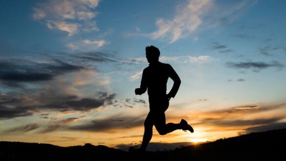 Homem correndo no pôr do sol